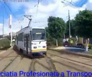【事故】路面電車が正面衝突してしまう衝撃事故映像