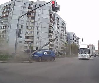 【事故】信号で左折するSUV車が直進する車に激突し街灯をなぎ倒す衝撃事故映像