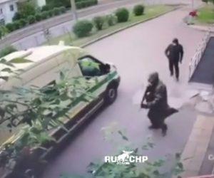 【衝撃】現金輸送車が銃を持った男達に襲われ、現金輸送警備員が撃たれ現金を奪われる衝撃映像