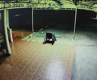 【衝撃】幽霊が座っている?誰も乗っていない車椅子が動き出す衝撃映像
