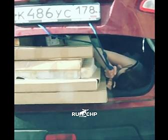 【衝撃】車で大きな荷物を運ぶが入りきらず女性が必死にロープを持って固定する衝撃映像