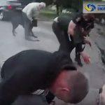 【衝撃】警察官がリードに繋がなかった犬を銃で撃ち、飼い主と激しい戦いになる衝撃映像