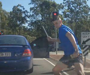 【暴行】前の車から降りてきた男が鉄パイプで車に殴りかかってくる衝撃映像