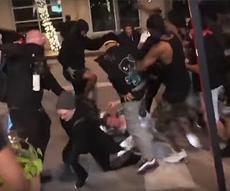 【閲覧注意動画】デモ隊が暴徒化し店主が店を守ろうとするが…
