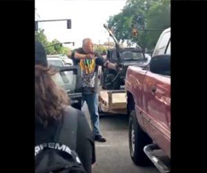【衝撃】抗議デモ参加者らを弓矢で狙った白人男性が…衝撃映像