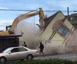 【衝撃】ショベルカーで家を解体するが家が一気に崩れ歩行者が必死に逃げる衝撃映像