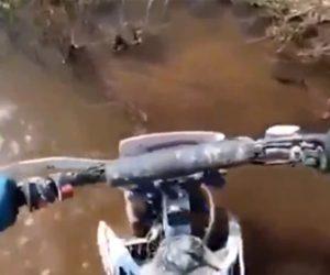 【衝撃】沼地を進むオフロードバイクが小さな川を慎重に進むが…