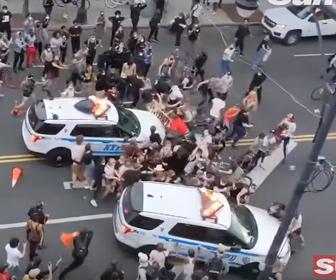 【衝撃】ニューヨークで抗議デモ隊に2台の警察車両が突っ込んでいく衝撃映像