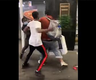 【暴行】ニューヨークで男が店から略奪してきた商品を持って歩くが男達が襲いかかり…