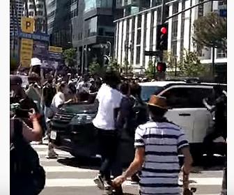 【衝撃】デモ抗議者に警察車両が突っ込み逃走する衝撃映像