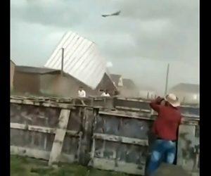 【自然災害】巨大台風が発生し建物の屋根が次々に吹き飛ばされる衝撃映像