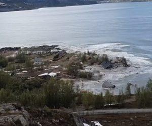 【自然災害】大規模な地滑りが発生し多くの民家が海の飲み込まれる衝撃映像