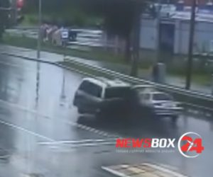 【事故】バンが無理にUターンしようとし対向車に激突。3歳の子供がバンから放り出される衝撃映像