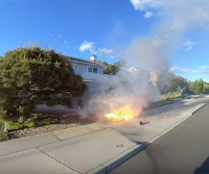 【衝撃】男性が電動一輪車で車道を走行中、電動一輪車から突然炎が噴き出る衝撃映像