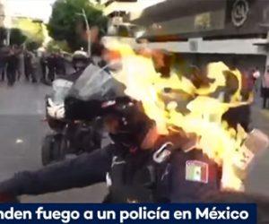 【衝撃】メキシコでも抗議デモが暴徒化。警察官が火をつけられ火だるまになる衝撃映像