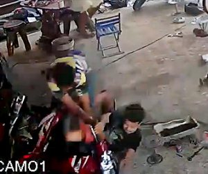 【事故】コントロールを失った2人乗りスクーターがガレージに突っ込んでくる衝撃映像