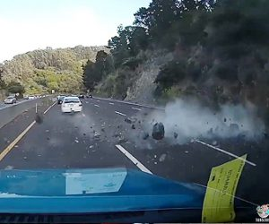 【事故】崖が崩れ大量の落石が車に激突してしまう衝撃映像