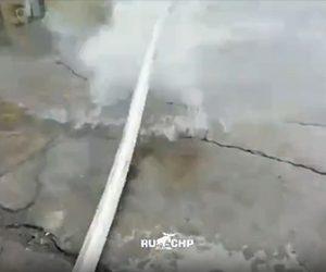 【衝撃】消防士が消化ホースの水圧検査をするが、ホースが消防士に直撃し…