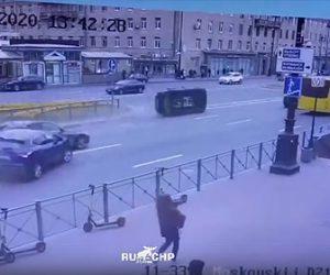 【事故】3台の車が接触事故を起こし、1台が猛スピードで横滑りする衝撃映像