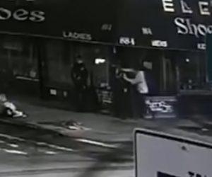 【衝撃】抗議デモ警戒中に警察官が突然男にナイフで首を刺される衝撃映像