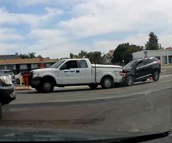 【事故】従業員が前方不注意で上司の車に後ろから突っ込んでしまう衝撃映像