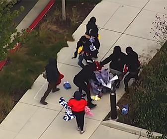 【衝撃】略奪者が略奪してきた服を店の外で奪い合う衝撃映像