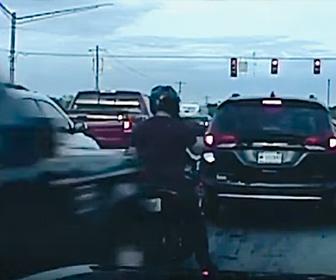 【閲覧注意動画】信号待ちのバイクに後ろから猛スピードの車が突っ込んでくる衝撃映像