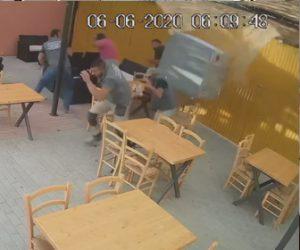 【衝撃】テーブルで昼食を食べている男達に上から巨大な鉄のボックスが降ってくる衝撃映像