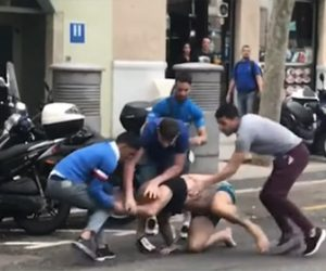 【暴行】車道で必死に逃げる男性に5人の男達が殴りかかる衝撃映像