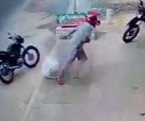 【衝撃】男性が歩道に置いた荷物を込み収集車が間違えて持っていってしまう衝撃映像