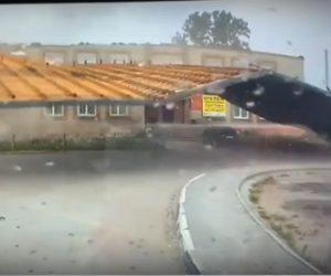 【衝撃】ショッピングモールの屋根が強風で吹き飛ばされる衝撃映像