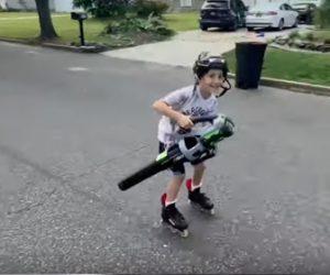 【衝撃】インラインスケートに乗った少年がブロワーを使い猛スピードで滑る衝撃映像