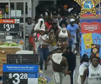 【衝撃】数百人の略奪者がウォルマートの店に侵入し商品を奪いまくる衝撃映像