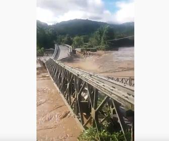 【自然】インドネシアで洪水 大きな橋が濁流に流される映像が凄い!