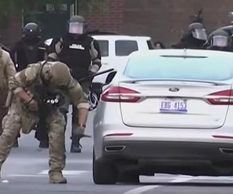 【衝撃】警察官が駐車してある車のタイヤをナイフで刺しまくりパンクさせる衝撃映像