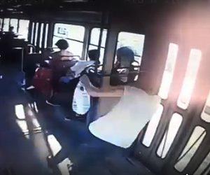 【衝撃】トラムに乗る女性がカーブで飛ばされドアに激突してしまう衝撃映像