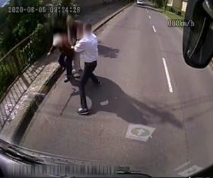 【強盗】おばあさんが道で強盗に襲われるが運転中のバス運転手が気づき助けに行く衝撃映像