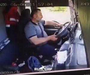 【事故】トラック運転手が眠ってしまい対向車のトラックに突っ込んでしまう衝撃事故映像