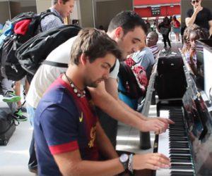 【感動】パリの駅で初めて出会った2人が即興で奏でるピアノ二重奏が凄すぎる