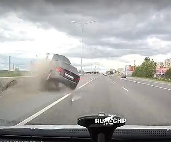 【事故】飲酒運転の車が猛スピードで中央分離帯に激突、街灯をなぎ倒し横転する衝撃事故映像