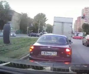【衝撃】右折した車からタイヤが外れ猛スピードで自分の車に迫ってくるが運転手が…
