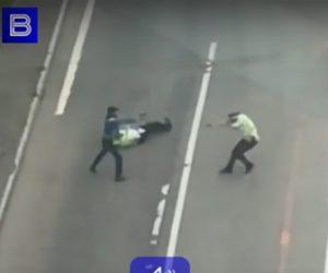 【閲覧注意動画】男が突然警察官に銃を撃ち、至近距離で銃撃戦になる衝撃映像