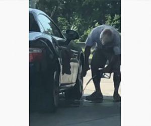 【衝撃】ガソリンスタンドで洗車する男性が衝撃の行動
