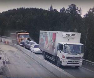 【事故】大型トラックのブレーキが故障し前の車に次々と突っ込んでしまう衝撃事故映像