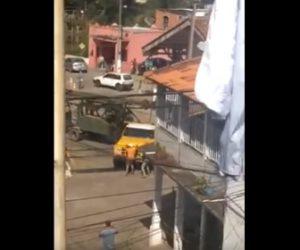 【事故】踏切で動けなくなったトラックを必死に押して動かそうとするが…