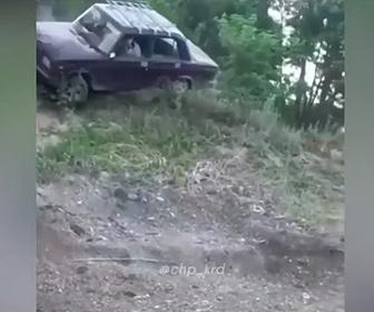 【衝撃】坂道を登る車が道から転落。横転し転げ落ちる衝撃映像