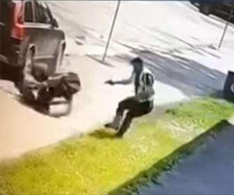 【衝撃】ナイフを持った男VS銃を構える警察官 警察官が至近距離で銃を撃つが…
