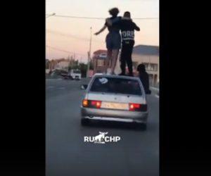 【衝撃】走行中の車の上で踊る2人が車が左折した瞬間…