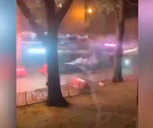 【衝撃】街中で花火を撃ち合い戦う男達がヤバい