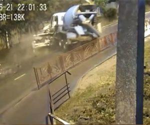 【事故】猛スピードのミキサー車が対向車線の車に突っ込んむ衝撃事故映像